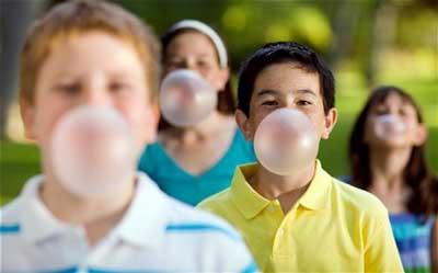 Je me souviens des chewings gums collés sous les tables d'école